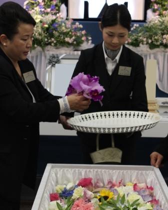 多磨葬祭場行華殿:お花入れ