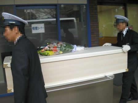 多磨葬祭場行華殿出棺