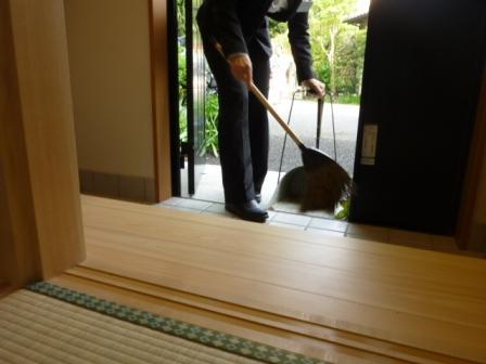 仙川斎場別院:掃き清め