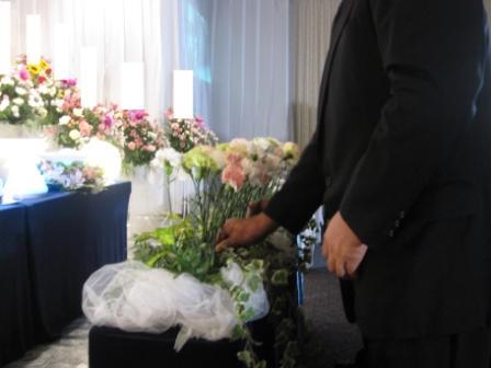 多磨葬祭場思親殿:献花