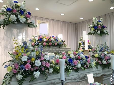 多磨葬祭場行華殿:祭壇の花飾り