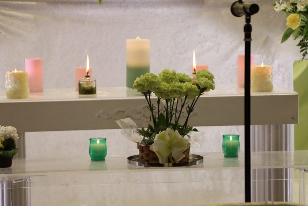多磨斎場行華殿:献灯、献花