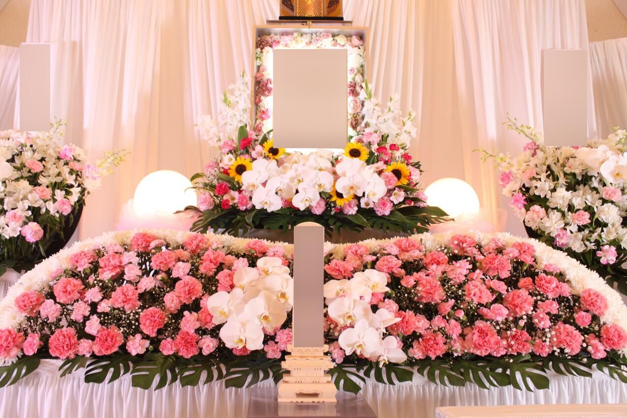 かわさき北部斎苑:遺影写真と花飾り